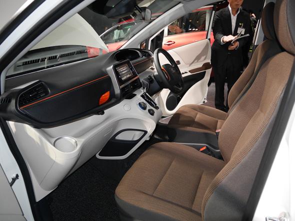 運転席と助手席の様子。ダッシュボードの横を走るオレンジのラインがアクセントになっています。収納もたくさん!(クリックで拡大)
