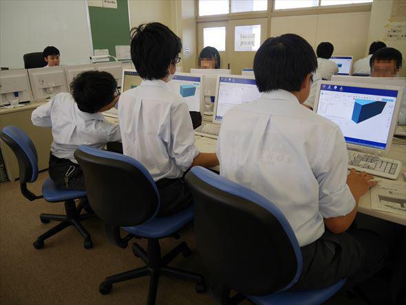 友達同士で教え合いながら3次元CADを学ぶ生徒たち