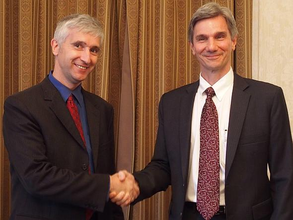 提携を発表したニュアンスのアーンド・ヴァイル氏(左)とオープンカーのジェフ・ペイン氏(右)