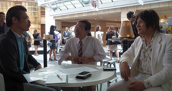 ヤマハの川田学氏(中央)とヤマハ発動機の長屋明浩氏(右)にインタビューする筆者の林田氏(左)
