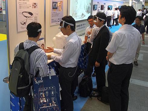 「国際モダンホスピタルショウ2015」で展示された「エアスカウター」を装着して使い心地を確認する来場者