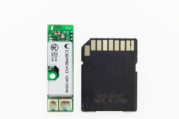 「BlueNinja」(左)SDカードと比べたサイズ比較