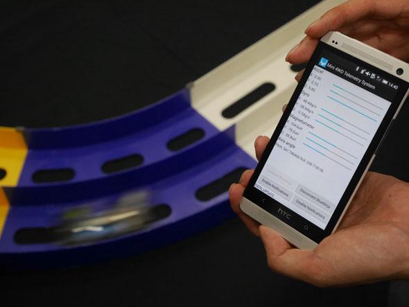 ミニ四駆を走らせると、スマートフォンのアプリケーション上で加速度や傾きなどが閲覧できる(Maker Fair Tokyo 2015で展示予定)