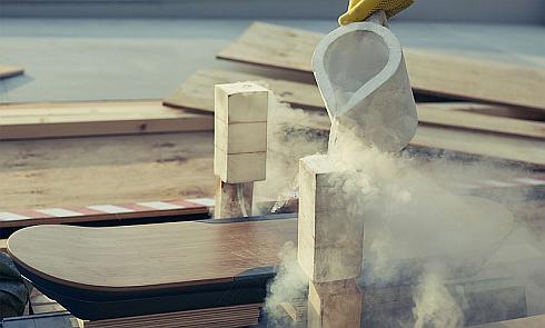 「レクサスホバーボード」に液体窒素を注入する様子