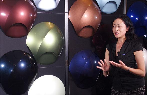 「RAW(あるがままに)」をテーマに発表された新色の数々とBASFコーディングス事業部 カラーデザインセンター アジア・パシフィックチーフデザイナーの松原千春氏