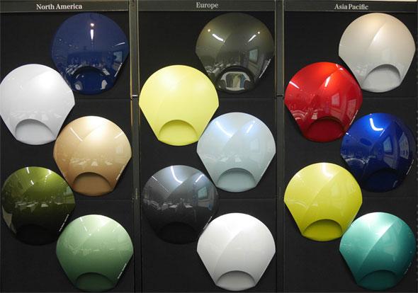 テーマ「BASICALLY(感覚に従う)」の新色。右から、アジア太平洋、欧州、北米の順に5色ずつ並んでいる。BASICALLYでは、本来の自分自信を取り戻し、生活の質が高まることを表現