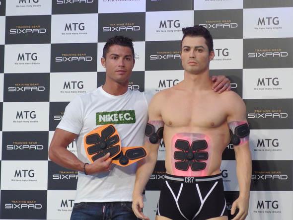 MTGの新製品ウェアラブルトレーニングギア「SIXPAD」のPRのために来日したC・ロナウド選手(左)と等身大サイバークローン(右)