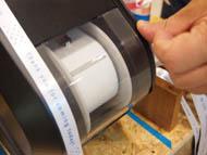 たるんでいるテープを自動でピンと張り、印刷スタート