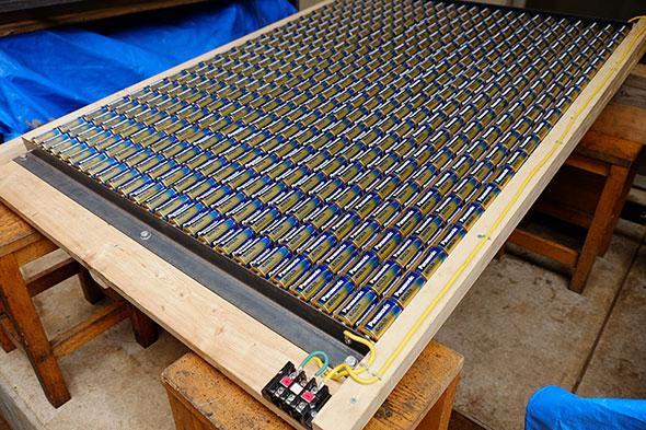 電池の出し入れを考慮して木製とした電池ボックス