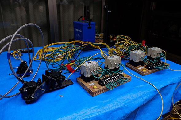 左はバイクのパーツを利用したブレーキ、中央はシーケンス制御を取り入れたモーター制御回路