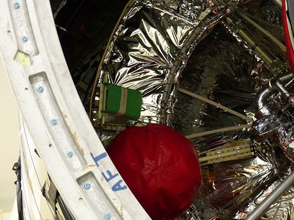 開発したアンテナは、緑色カバーの下にあって見えない(写真では左側を向いている)