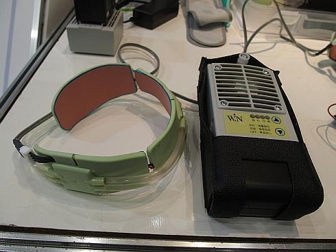 「ウェアコン」のネックウェア(左)と外付けユニット(右)
