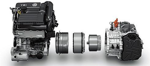 エンジンルームには排気量1.4lの直噴ターボエンジン(左)、走行用モーター(中央)、6速DCT(右)が収められている