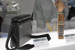 「ワイヤレスジャパン2007」のパナソニック モバイルブースに展示されていたショルダーフォン「TZ-802A」(左)とNTT向け国内携帯電話1号機「TZ-802」(右)