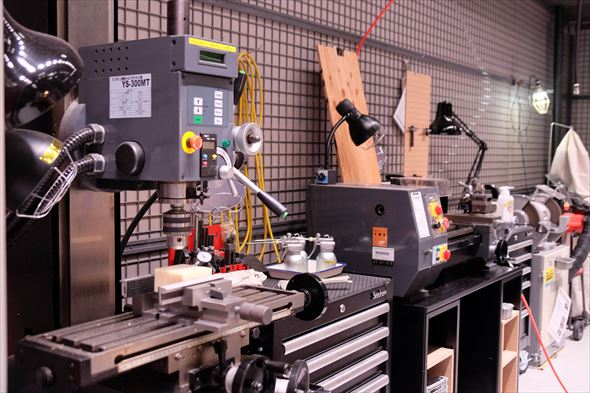 DMM.make AKIBAの内部。工作機器が立ち並ぶ