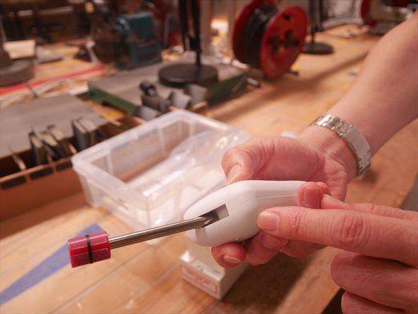指のケガ防止判定に利用する「シャープエッジテスター」。こうした器具の利用法を教えることも阿部氏の仕事だ