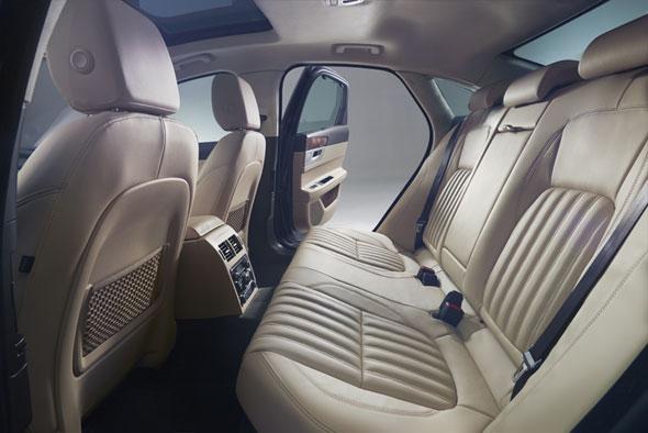 新型「XF」インテリア。前モデルより後部座席のレッグルームを15mm、ニールームを24mm、ヘッドルームを27mm拡大している