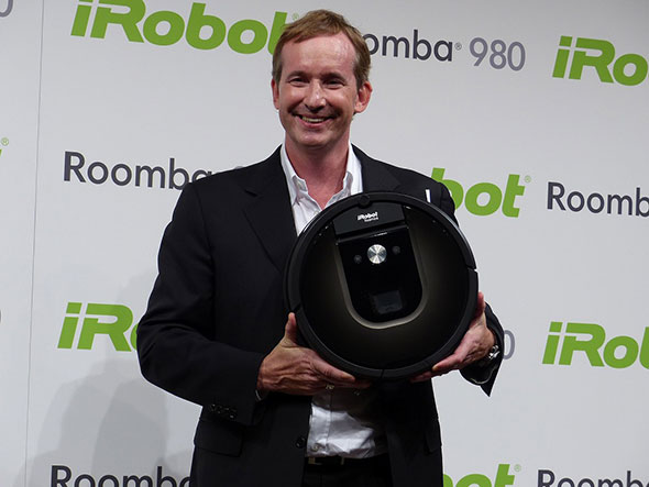 新製品「ルンバ980」を持つ米iRobotのCEO兼共同創設者Colin Angle氏