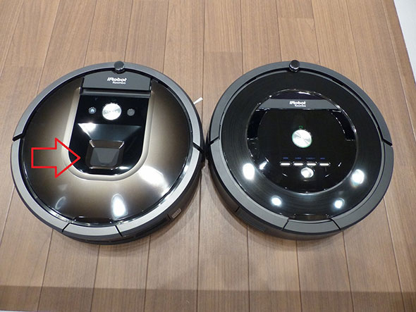980(左)と従来モデル885(右)の比較。矢印のところが小型カメラ