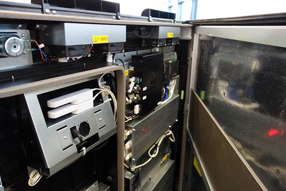 中央の黒い箱がCore i7搭載の産業用PC