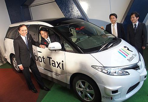 ロボットタクシーの自動運転実験車に乗車する内閣府大臣政務官の小泉進次郎氏と、神奈川県知事の黒岩祐治氏(左端)、ロボットタクシーの中島宏氏(右から2番目)と谷口恒氏(右端)
