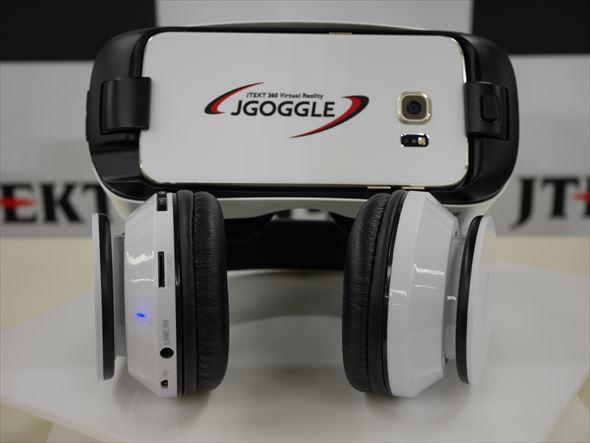 使用するSamsung Electronics製ヘッドマウントディスプレイ「Gear VR Innovator Edition for s6」とヘッドフォン。「Galaxy S6 edge」が取り付けられている