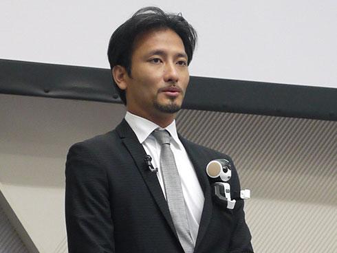 「RoBoHoN(ロボホン)」をジャケットの胸ポケットに入れた、ロボットクリエーター 高橋智隆氏