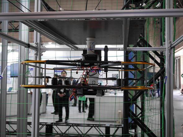 映像と通信を中継するため、磁力での吸着機構を持つドローン