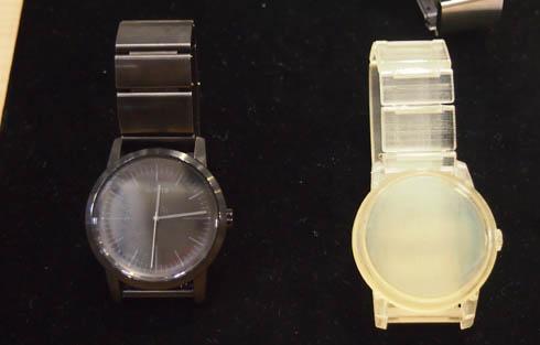Three Handsモデル/プレミアムブラック(左)と光造形方式の3Dプリンタで作成されたモック(右)