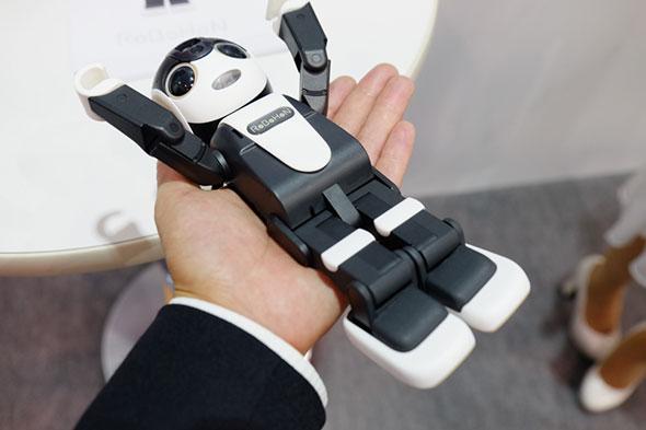 通話用のマイクは右足付け根、スピーカーは右胸に設けられている