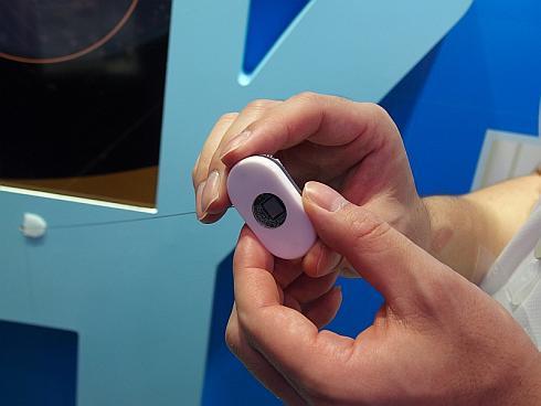 オムロン ヘルスケアの超小型センサーを組み込んだ貼り付け型体温計