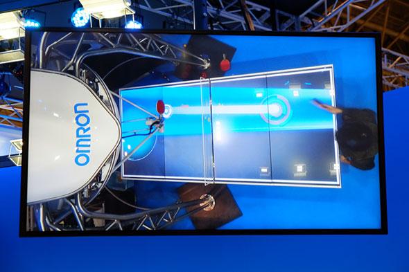 2015年版は卓球台がディスプレイとなり、ロボットからの返球地点が表示される