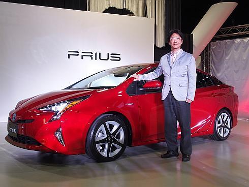 新型「プリウス」と開発責任者を務めたトヨタ自動車の豊島浩二氏