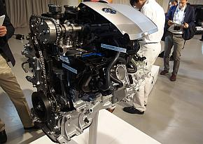新開発ハイブリッドシステムのエンジン「2ZR-FXE」のカットモデル