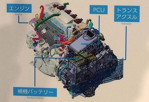 新型「プリウス」ではPCUと補機用鉛バッテリーがトランスアクスルの直上に搭載されている