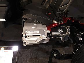 新型「プリウス」では後部座席下部に駆動用バッテリーが設置されている