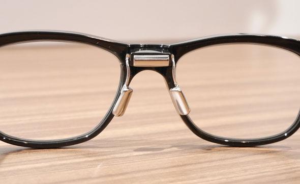 3点式眼電位センサーは、眼鏡のブリッジとノーズパッドに取り付けられている