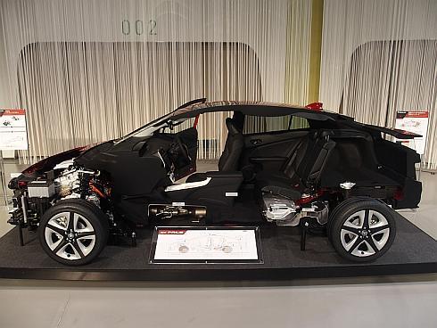 技術説明会で公開された新型「プリウス」のカットモデル