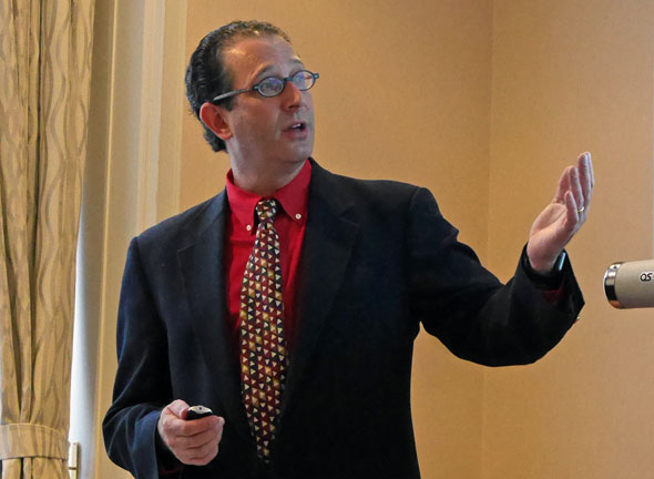 説明会に登壇したThe MathWorks MATLAB 開発エンジニアリング担当バイスプレジデントのロイ・ルリエ氏