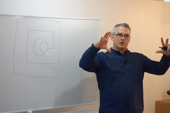 360 Eyeの動き方について説明する英ダイソン マイク・オールドレッド氏