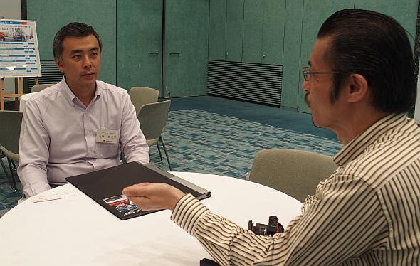 ダイハツ工業の芝垣登志男氏(左)と筆者の林田浩一氏(右)