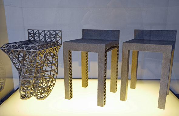 """ジェネレーティブデザイン設計による椅子(左)と通常設計の椅子(右)の比較。4つの足を""""ねじる""""というアイデアは自動設計ならでは"""