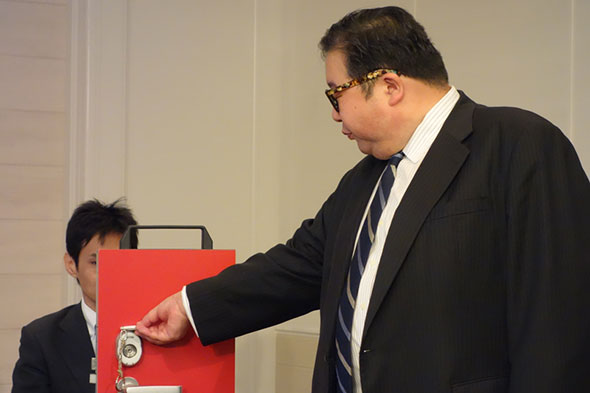 扉の解錠にmagatamaを使うディー・ディー・エス代表取締役社長の三吉野健滋氏
