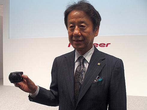 パイオニアの仲野隆茂氏が手に持っている3Dライダーは開発目標のサイズのモックアップだ