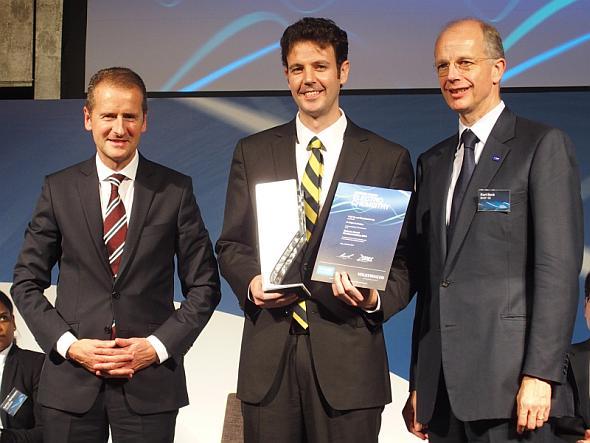 最優秀者に選ばれたカリフォルニア大学バークレー校のブライアン・マクロスキー氏(中央)と、BASFのクルト・ボック氏(右)、フォルクスワーゲンのヘルベルト・ディース氏(左)