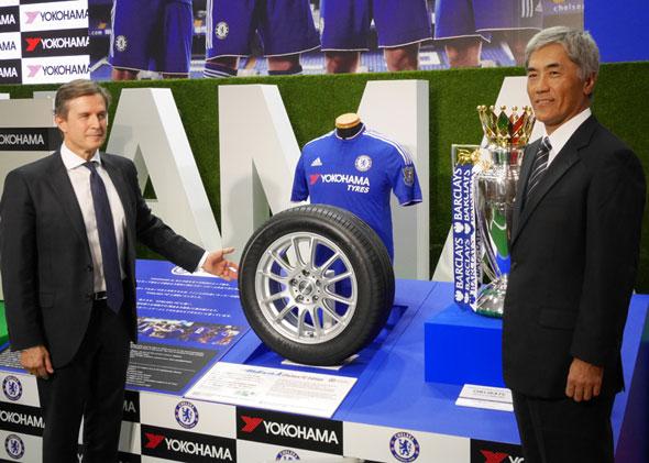 「BluEarth-A CHELSEA FC EDITION」とチェルシーフットボールクラブ マネージングディレクターのクリスチャン・パースロー氏(左)と横浜ゴム代表取締役社長の野地彦旬氏(右)