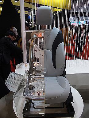 新型「プリウス」のシートのカットモデル
