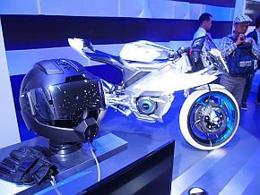 ヤマハ発動機の電動バイクコンセプトカーと連携する「スマートヘルメット」