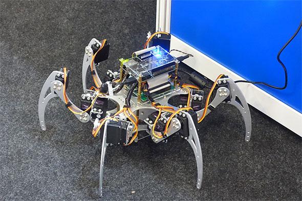 Cyclone Vを中心部に搭載したクモ型ロボット