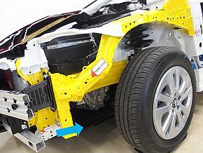 新型「プリウス」プロトタイプの試乗会で公開されたカットモデルを斜め前から見た状態